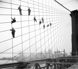Bridge-painters-perch-on-the-suspension-wires-of-the-Brooklyn-Bridge-October-7-1914